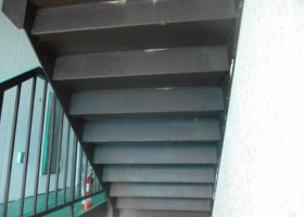 階段裏塗装 BEFORE